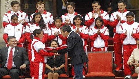 Gladys Tejada recibe de manos del presidente Ollanta Humala la bandera peruana