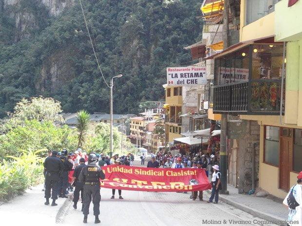 Manifestantes del Sutep en Aguas Calientes / Molina & Vivanco Comunicaciones