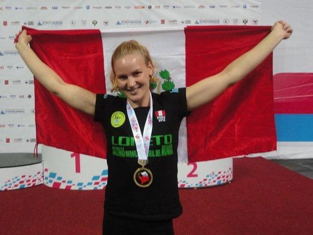 Valentina Shevchenko celebró nuevamente con la bandera nacional su noveno título mundial de Muay Thai