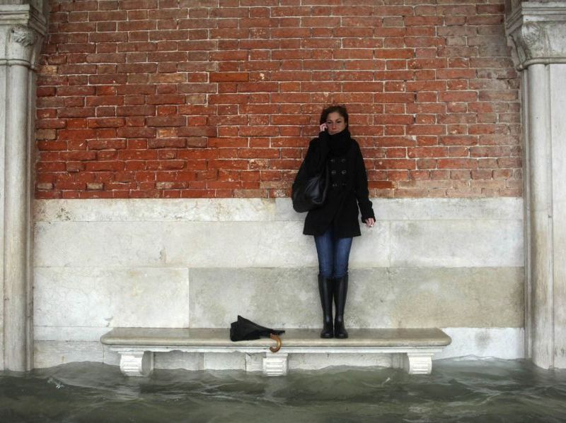 Este es el sexto nivel más alto desde el récord alcanzado en 1872, lo que ha forzado a los residentes y a turistas a andar con el agua a la cintura (El País)
