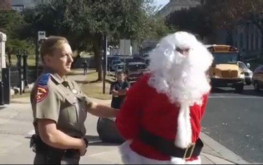 Policías se llevan a hombre vestido de Papá Noel en Texas
