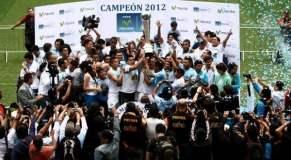 Un logro inobjetable. Los jugadores del Sporting Cristal celebran  el campeonato nacional del fútbol peruano.
