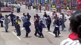 Mecánicos bailan una marinera peruana