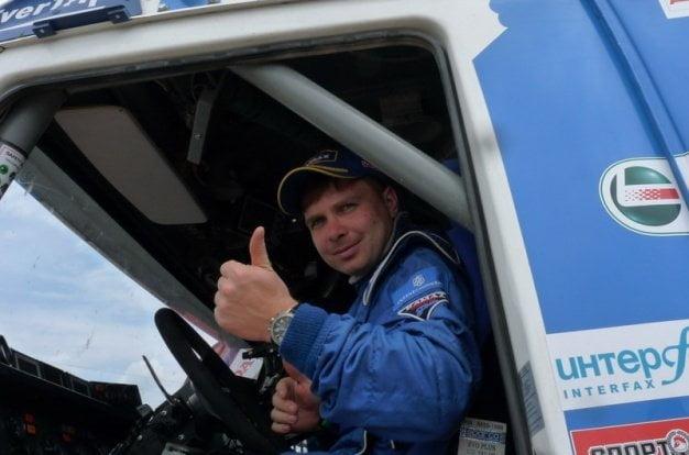 El ruso Eduard Nikolaev celebra su primer título de Rally Dakar tras ganar la categoría camiones