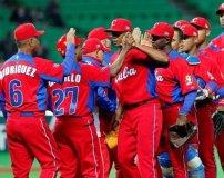 La novena de Cuba celebra el triunfo ante Brasil conseguida en la ciudad de Fukuoka.