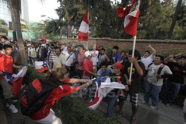 Hinchas peruanos le arrebatan bandera a chilena