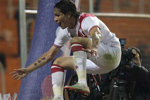 Paolo Guerrero (no jugará hoy por acumulación de tarjetas amarillas) fue uno de los artífices del último triunfo de Perú sobre Chile en condición de local.
