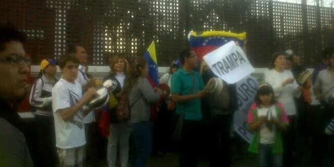 """Se inicia """"cacerolazo"""" en protesta por llegada de Nicolás Maduro (Fotos)"""