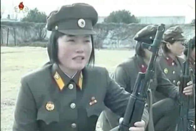 Corea del Norte: Así entrenan las mujeres para la guerra (Video)