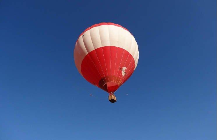Buscan globo aerostático con seis personas que habría caído al mar