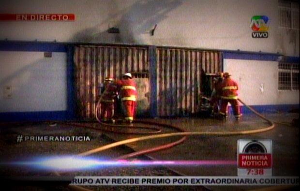 Incendio de proporciones consume fábrica textil en Ate