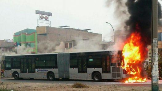 Bus del Metropolitano explosiona y se incencia en Comas (foto Twitter y RPP)