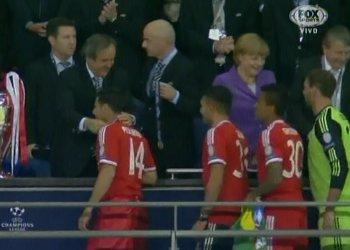 (Fotos) Claudio Pizarro carga la copa de la UEFA Champions League