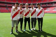 (Foto) Integrantes de One Direction con la camiseta de la selección peruana