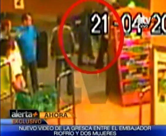Video confirma que embajador ecuatoriano sí pateó a mujeres