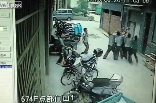 Impactante: Niña cae de cuarto piso pero unen sus brazos y la salvan (Video)
