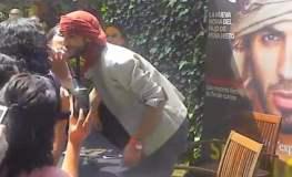 Árabe expulsado por ser muy guapo firmó autógrafos con besos