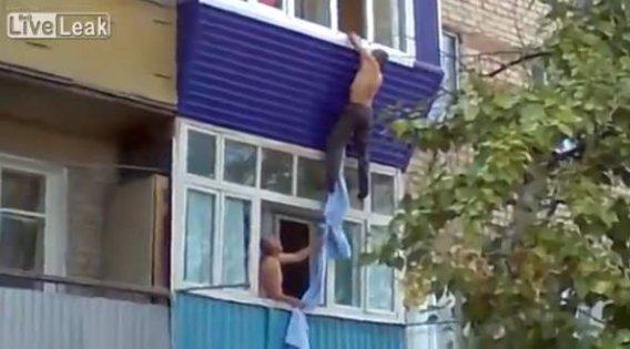 (Video) Mujer lo encadenó, logra escapar pero cae desde segundo piso