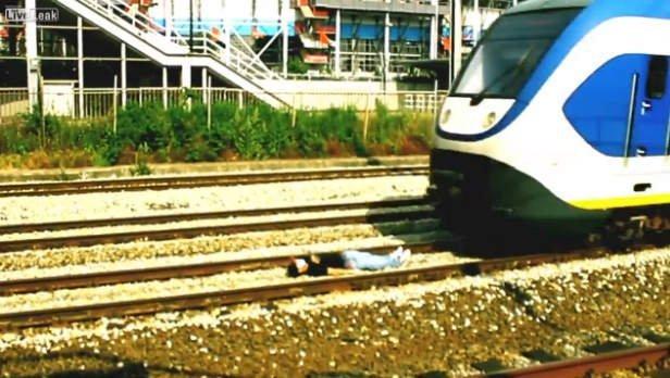 (Video) Loco enmascarado se lanza a vías del tren y desafía a la muerte