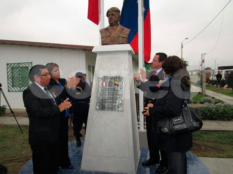 Hugo Chávez: En Chincha develan busto de fallecido presidente venezolano