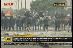 Violentos enfrentamientos entre trabajadores y la policía en Lima