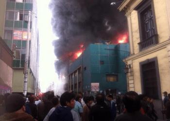 Fotos y videos: El voraz incendio en el Jirón Paruro en impactantes imágenes