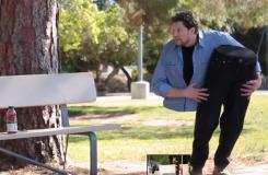 Ilusionista asusta a transeúntes cargando la mitad de su cuerpo