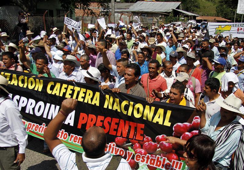 Protesta de cafetaleros: Suspenden salida de buses al centro del país