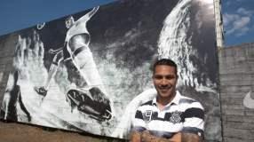 Paolo Guerrero junto a su imagen dentro del complejo de entrenamientos del Corinthians.