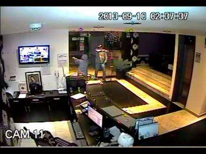 (Video) Choro monse: Entra a robar a hotel y se dispara en el rostro