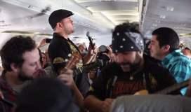 [VIDEO] Día de la Canción Criolla en un avión con Bareto y Barrio Calavera