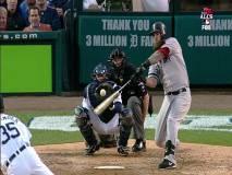 Napoli impacta la pelota que derivaría en el jonrón y en el triunfo de Boston.