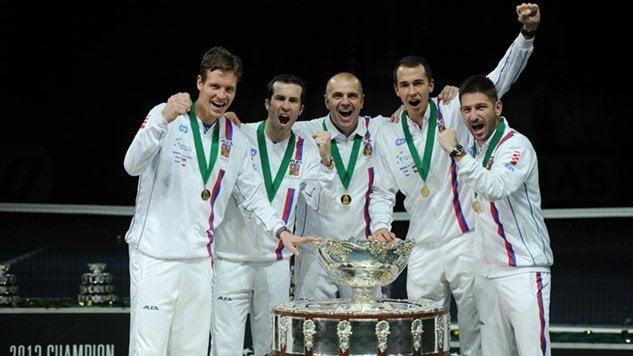 La selección de República Checa posa con el trofeo de la Copa Davis.