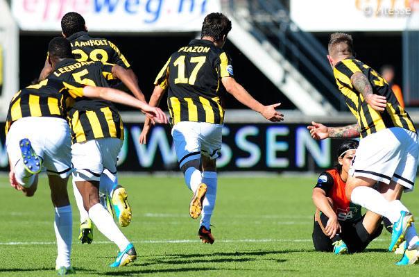 El brasileño Lucas Piazon aportó con dos goles para que el Vitesse se mantenga como puntero del futbol holandés.