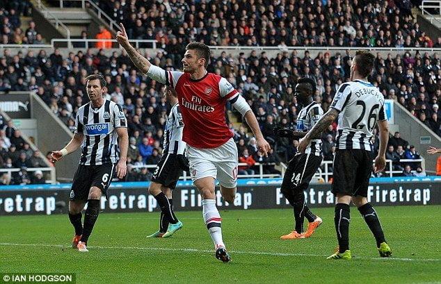 Olivier Giroud ya celebra el gol con el que mantuvo líder de la Premier League al Arsenal.