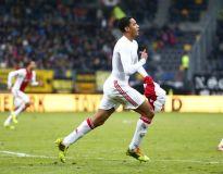 Jairo Riedewald ya celebra su segundo gol. El Ajax es líder por diferencia de goles gracias a este joven debutante de 17 años de edad.