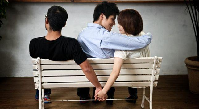 Científicos crean spray que cura la infidelidad a base de oxitocina