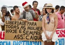 Se destapan los pechos porque no le permitieron topless en playa