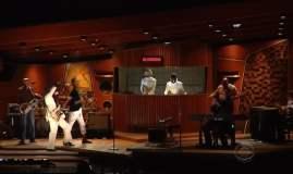 [VIDEO] Daft Punk, Stevie Wonder y Pharrell Williams sorprenden con 'Get Lucky'