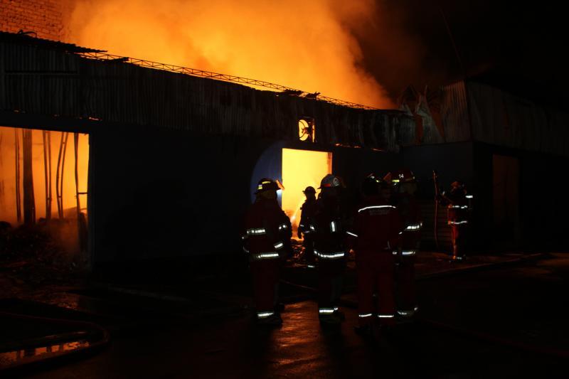 Gran incendio destruyó 20 viviendas prefabricadas en el Callao