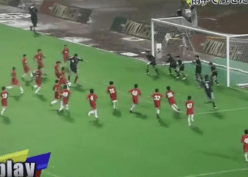 [VIDEO] Insólito duelo entre 55 niños vs estrellas del fútbol japonés