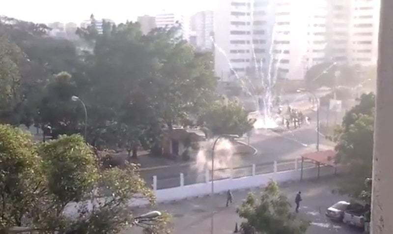 [VIDEO Youtube] Oposición venezolana responde con cohetes a policía chavista