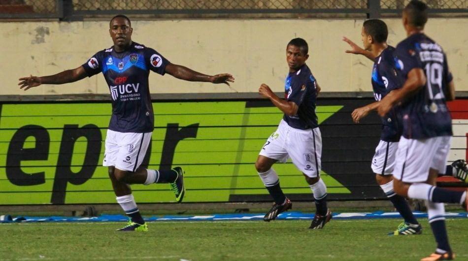 El panameño Tejada ya marcó el penal a favor de Vallejo y celebra con sus compañeros.