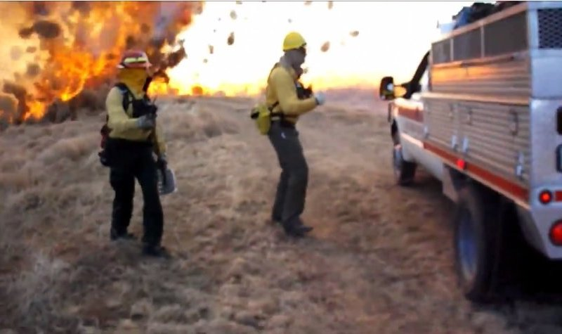 [VIDEO] Insólito: Mira como un tornado devora un incendio en EE.UU.