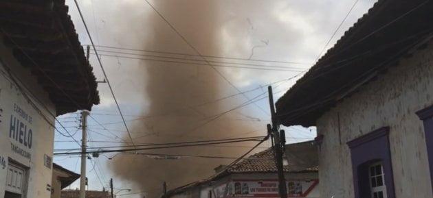 Fotos Youtube / [VIDEO] Impresionante: Tornado ingresa a poblado mexicano y luego se disipa