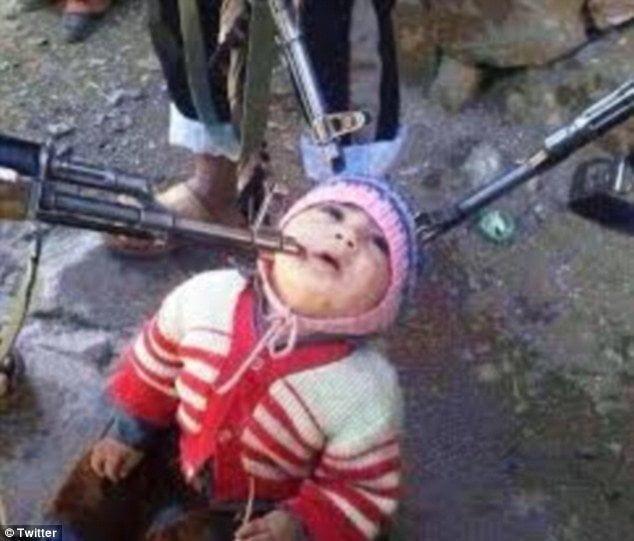 [FOTO] Niño sirio apuntado con tres rifles ¿realidad o montaje?