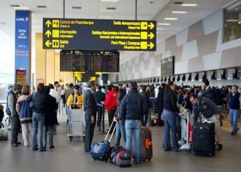 Descrubren a policías antidrogas entregando cocaína a turista en aeropuerto