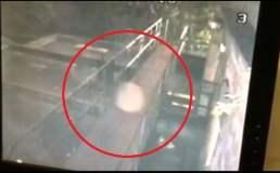 [VIDEO] Extraño ser flotando es captado por cámaras de seguridad de un pub