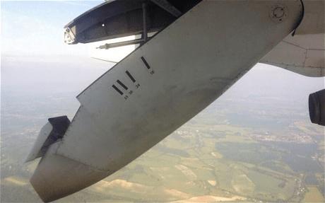 [VIDEO] De terror: Avión pierde parte del ala en pleno vuelo y asusta a pasajeros