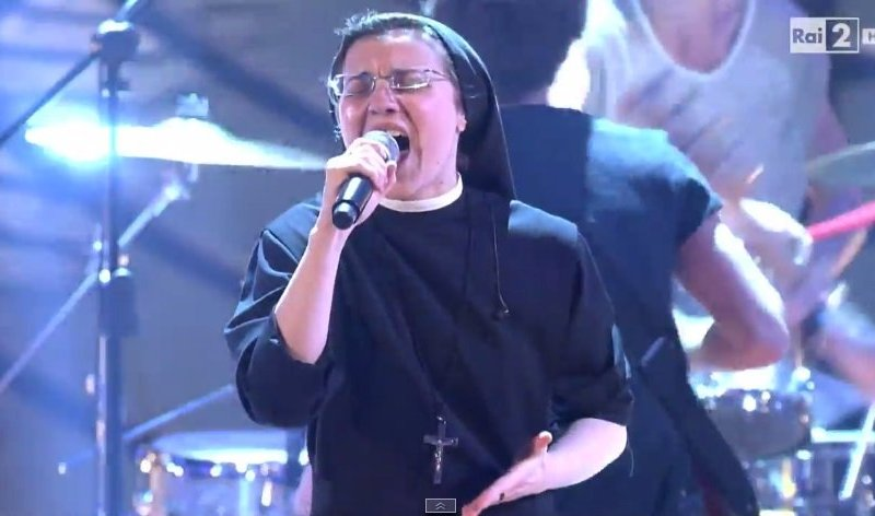 [VIDEO] Sor Cristina canta 'Livin' on a prayer' y espera la final de La Voz Italia